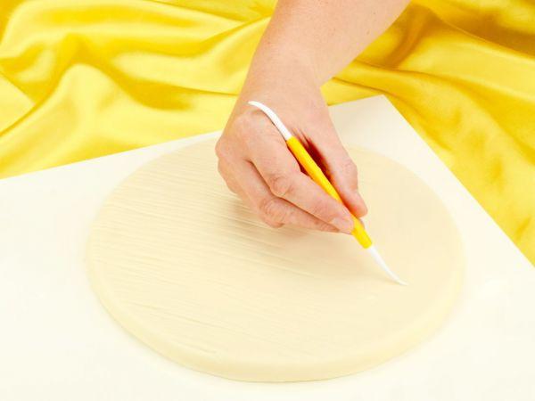 Cakeboard in Holzboden-Optik gestalten