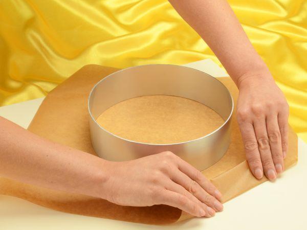 Tortenring mit Backpapier eindrehen